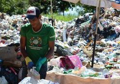 """""""População precisa ser mais educada quando o assunto é coleta seletiva de lixo"""", diz voluntária da Coopercicla"""