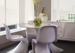 Sala branca com detalhes Greenery