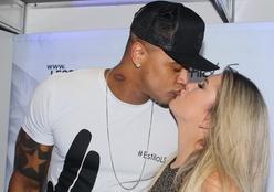 Léo Santana e Lorena Improta trocam beijos em Salvador