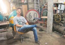 Designer transforma objetos de ferro-velho em móveis e peças de decoração