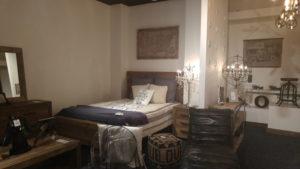 Une chambre sur le thème de la nature au bois et cuir de Westmount.