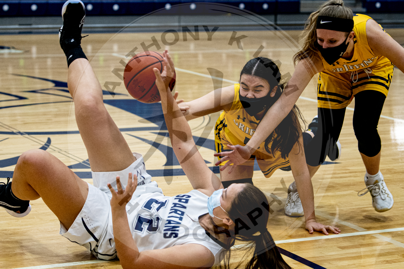 girls fight for loose ball