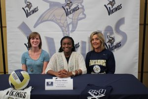 Deona Mims signs NLI to Charleston Southern