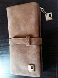 Amina Lindholm verified customer review of Nubuck Leather Two Fold Zipper Wallet