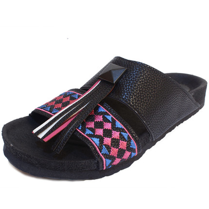 Sandalia negra con bordado y mechón, Giup