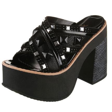 Sandalia negra de tiras cruzadas con apliques piramidales, Fuel