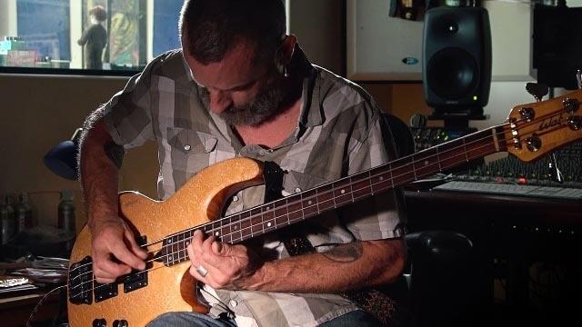 Канцлер Джастин инструмент играет Эрни Болл Слинки гибридных Басовых струн