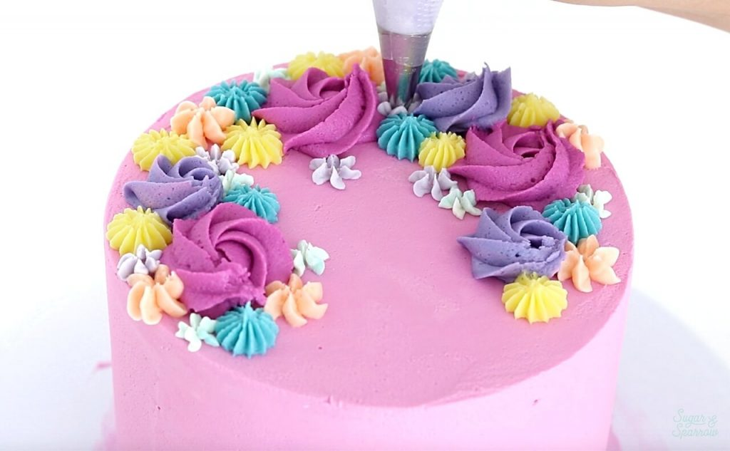 how to pipe buttercream flowers on cake