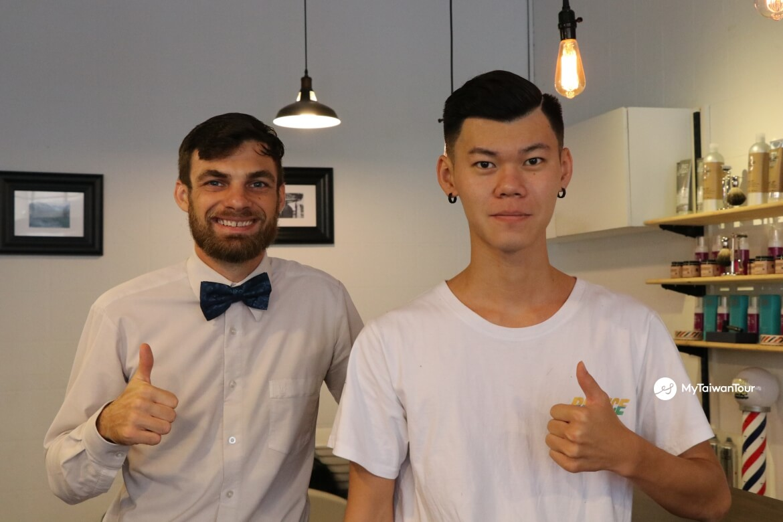mytaiwantour_taiwan scene_hualien british barber with customers.JPG