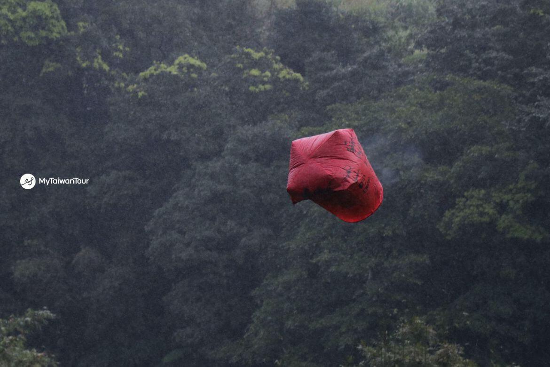 taiwan scene_mytaiwantour blog_retrieving Sky lantern in Pingxi_falling lantern