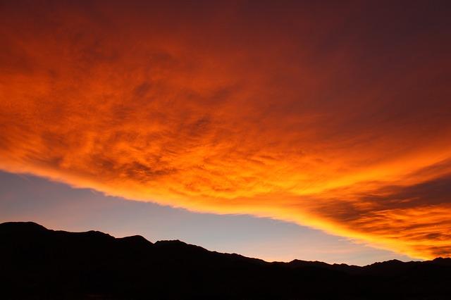שקיעה מרהיבה המכסה את השמיים.