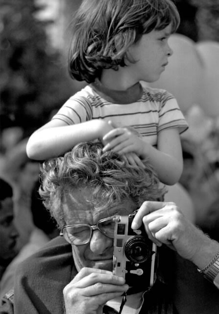 Winogrand at work with his Leica and daughter Melissa,Los Angeles 1983 photo by David Fahey