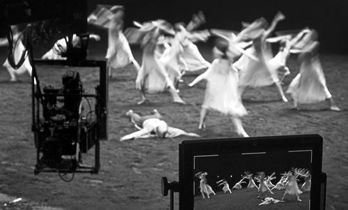 PINA-monitor-and-dancers