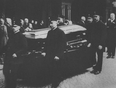 Pallbearers at Murnau's funeral.