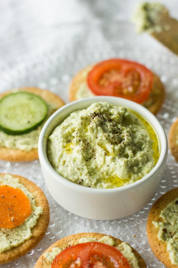 Vegan-edamame-hummus-crackers
