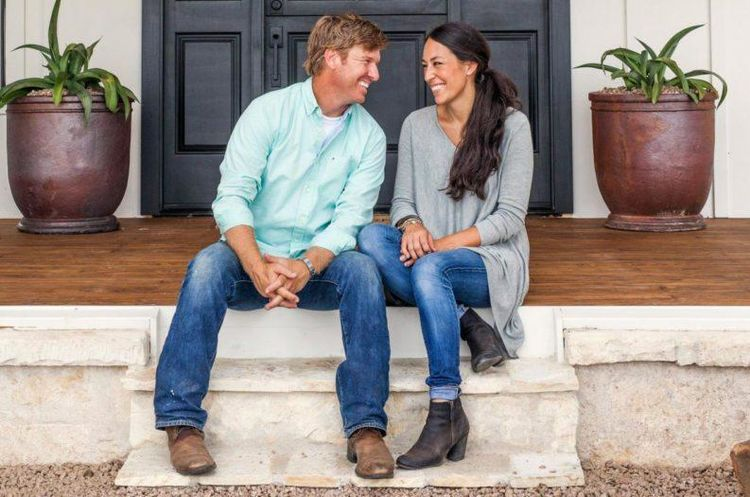 How to decorate your home 39 fixer upper 39 style like joanna for How much do chip and joanna gaines make