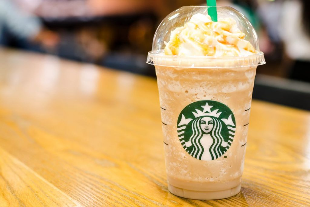 "Hello! One big Frappuccino Caramel with cream on top, please!"" – Cosa ordinare da Starbucks!"
