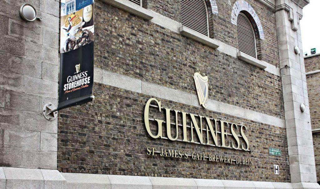 Come si produce la birra più famosa del mondo? Un tour al Guinness Storehouse di Dublino