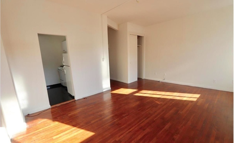 221 east 33rd street living room