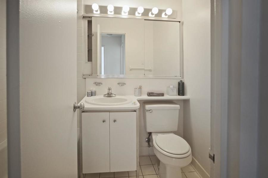 Waterside plaza bathroom1