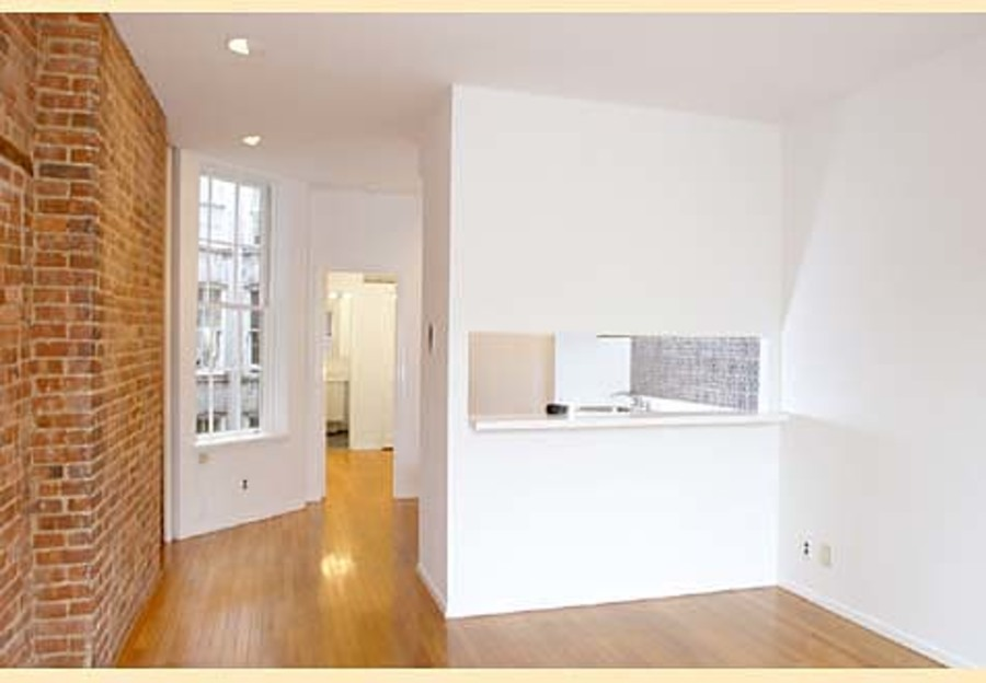 324 east 81st street living room