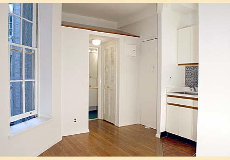 324 east 81st street 3rw studio 1ba living room