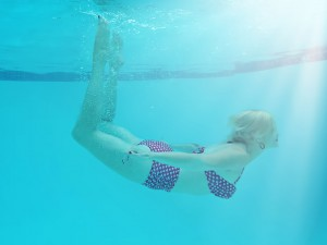 woman-underwater-842135_960_720