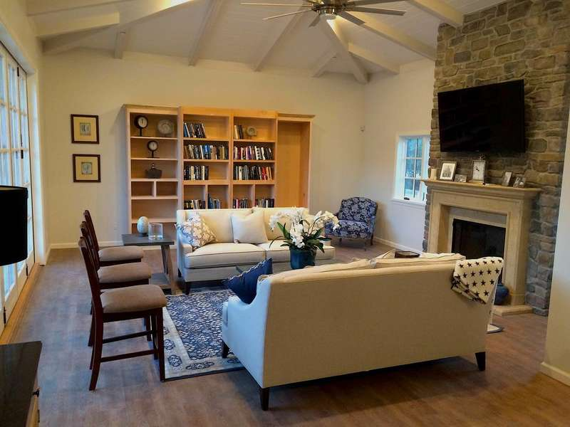 Enjoy comfort in the Poolhouse (Murphy Bed in Bookcase)