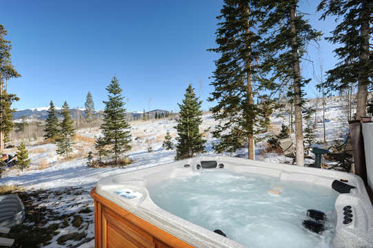 Private hot tub overlooks National Forest open space
