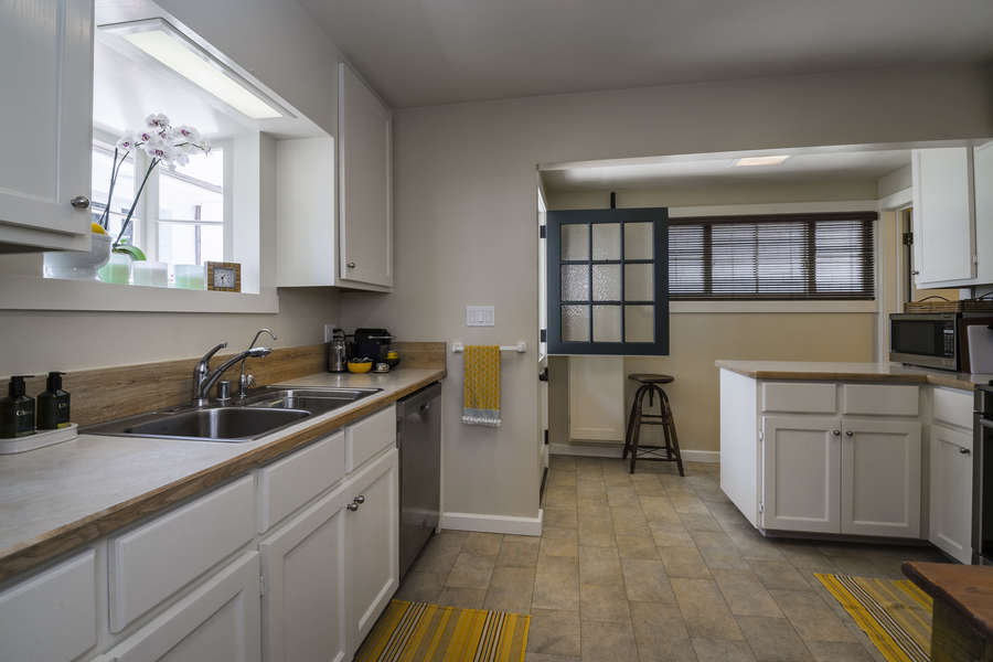 A great sunny and fully outfitted Kitchen