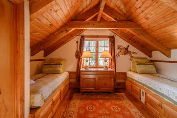 Big Rock Lodge Cozy upstairs bedroom with two twin beds