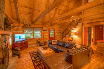 Lazy Bear Cabin Comfortable Leather Seating, Large Flat Screen, Vaulted Ceiling, Exposed Timbers