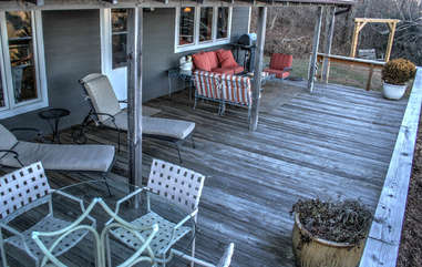 Longview Cottage front deck has nice seating, views, and side yard with nice swing to enjoy the quiet views