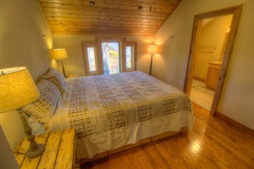 North View Lodge upstairs King Master Suite with ensuite Full Bathroom