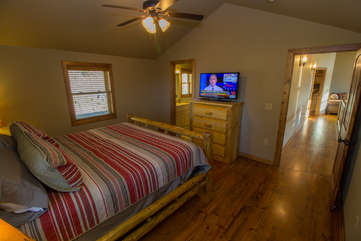 Skyland Cabin upstairs King Suite with HD Smart TV