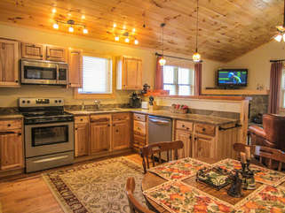 Bear Tracks Cabin Granite Counters, Stainless Appliances, Fully Stocked Kitchen