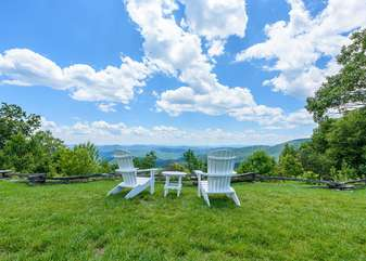 Outdoor Common Sitting Area with Amazing Views, Gorge Overlook
