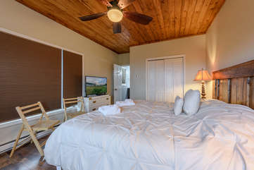 King In-Law Suite with Private Entrance, HD Smart TV, and Full Ensuite Bathroom
