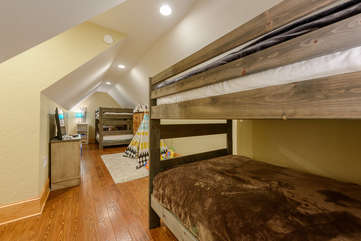 Phoenix Mountain Lodge Upstairs Bunk Room with 4 Fulls and Game Consoles