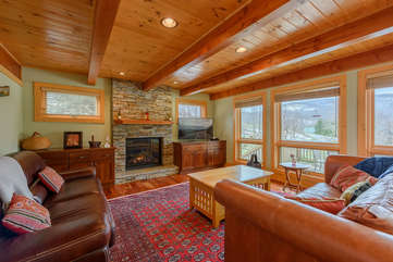Camelot Lodge Cozy Living Area with beautiful view, gas log fireplace, TV