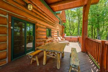 Spice Mountain Lodge covered porch with outdoor dining