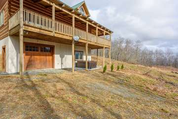 Huge Private Yard, Hot Tub, Attached Garage
