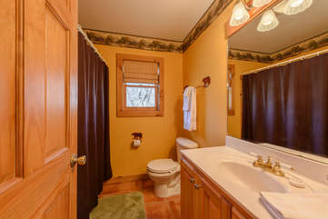 Upstairs Ensuite Full Bathroom with Tub/Shower