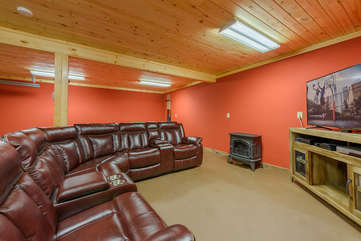Majestic View den and game room with gas fireplace, TV, leather seating