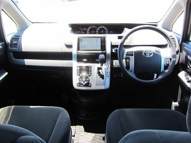 Used 2010 CVT Toyota Noah DBA-ZRR70G Image[1]