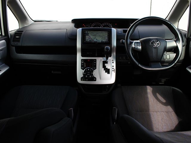 Used 2010 AT Toyota Voxy DBA-ZRR70W Image[1]