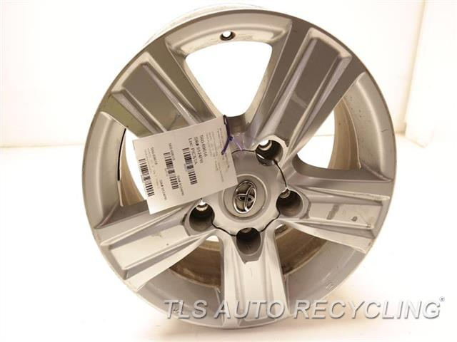 2014 Toyota Land Cruiser Wheel SCUFFS ON THE FACE 18X8 ALLOY WHEEL