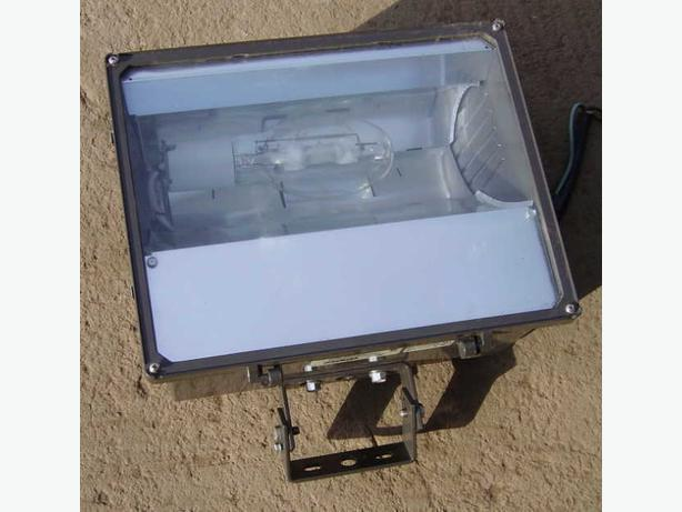 METAL HALIDE LIGHT 400watt WALL or POLE MOUNT