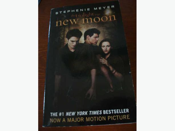 Twilight Saga New Mooon by Stephenie Meyer ComesWithTwoRarePostcardsOfForkTown