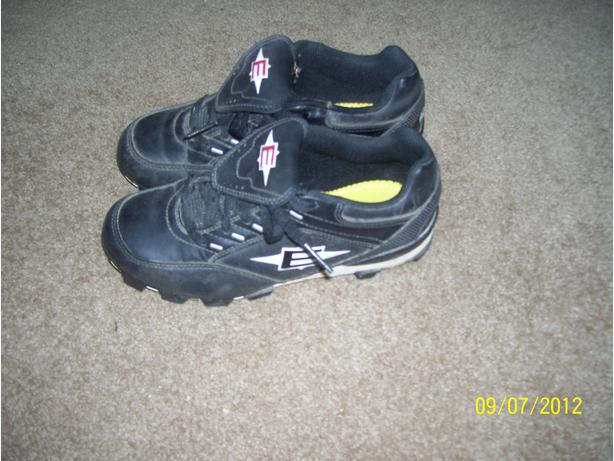 Easton baseball cleats Size 5 softball fastball cleats